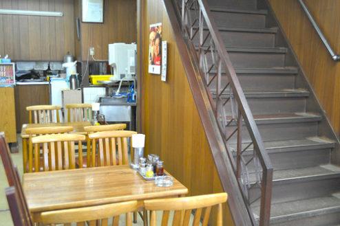 3.昔ながらの中華食堂|1F店内階段