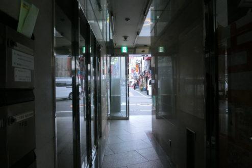14.新宿3丁目オフィススタジオ|ビル内からビル前通り