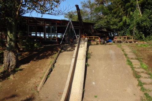 15.保育園|園庭・石の滑り台