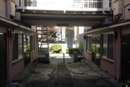 11.アパート1 玄関前敷地