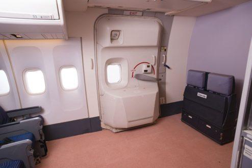 3.飛行機スタジオ|搭乗用ドア(機内)