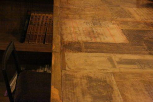 C古紙を敷き詰めたカウンター|LE PETIT PARISIEN (ル  プチ  パリジャン)