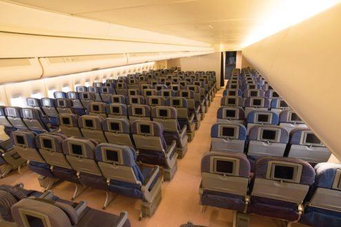 2.飛行機スタジオ|エコノミークラス客室(後方から)