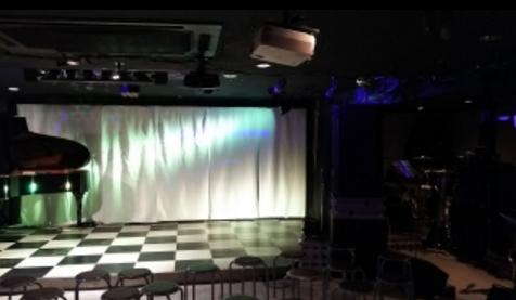 1.新宿グラムシュタイン|ステージ(グランドピアノあり)