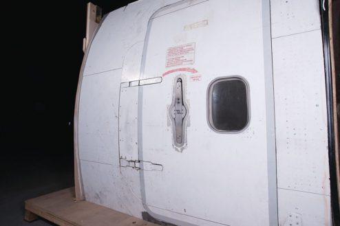 13.飛行機スタジオ|搭乗用ドア(機外)