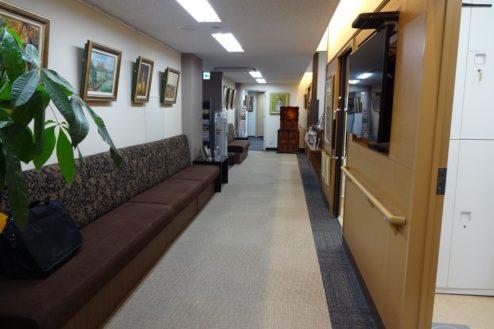 12.お茶の水駅前クリニック|院内廊下・待合スペース