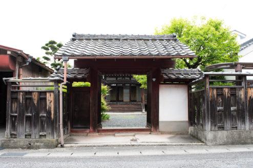 B順徳寺|古い佇まいの門