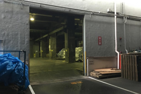 11.倉庫2|倉庫外から倉庫内