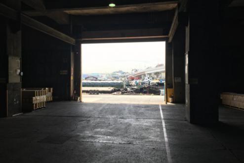 8.倉庫2|倉庫内から外(埠頭)