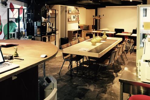 2.cafeイベントスペース|店内・カウンターから店内奥方向