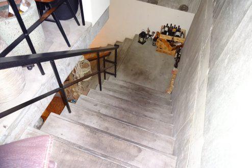 12.麻布十番イタリアンラウンジ|地上1Fから地下1Fへ階段