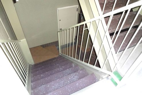 20.ボルダリング・クライミングジム|更衣室への階段