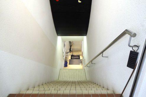 15.ボルダリング・クライミングジム|店舗入口階段