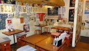 神保町・大衆居酒屋|テーブル席・提灯・厨房|東京