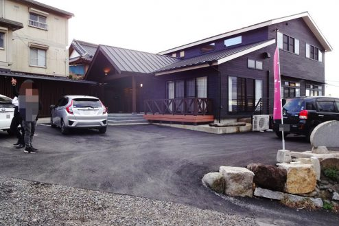 26.旅館・うり坊|本館外観・正面駐車スペース