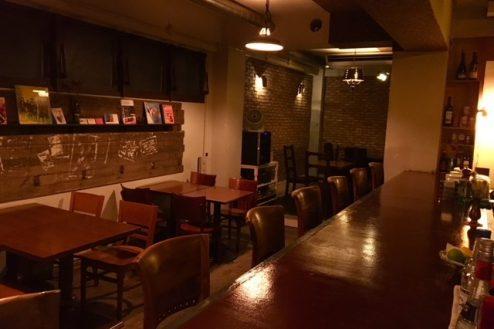 3.Bar OKOZE. 店内・バーカウンターからテーブル席