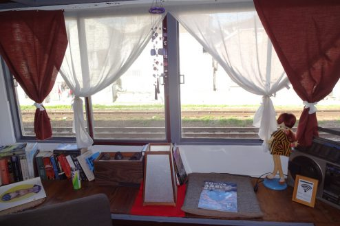 4.一軒家スタジオ 2F書斎風スペース窓・目の前が線路
