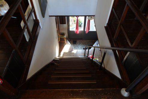 16.一軒家スタジオ 2F階段から1F玄関