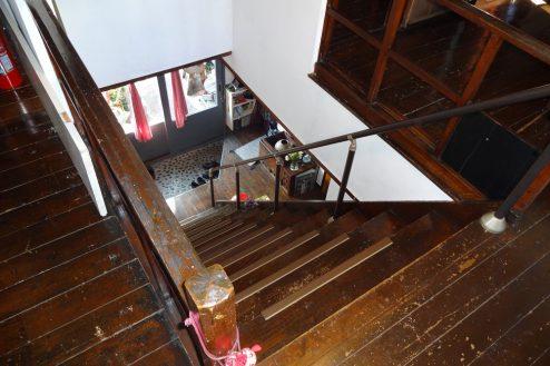 17.一軒家スタジオ 2F階段から1F玄関