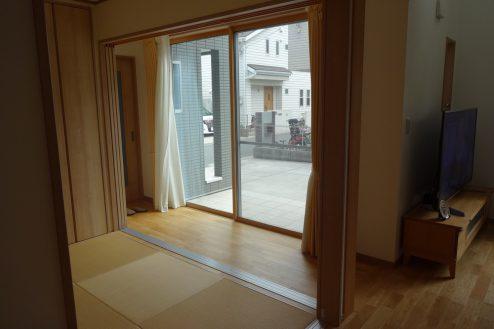 4.一軒家(4LDK+P)|今風の縁側(室内から)