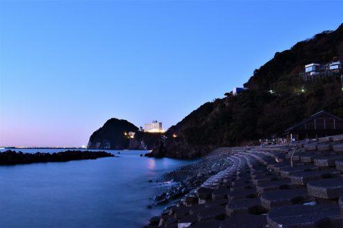 11.小浜プライベート海岸|海岸から見えるホテル