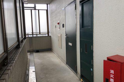18.府中マンション|ドア前通路