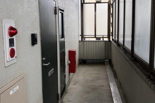 17.府中マンション ドア前通路