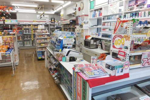 3.東京近郊のコンビニ|店内・レジカウンター付近