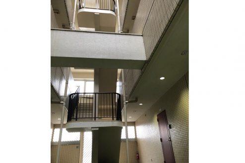 25.茂原一棟マンションスタジオ|共用部・吹抜け中央階段