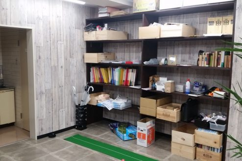 8.神田オフィス|棚・パターゴルフ・給湯室