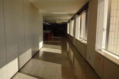 24.議場のある施設|受付カウンター・窓際