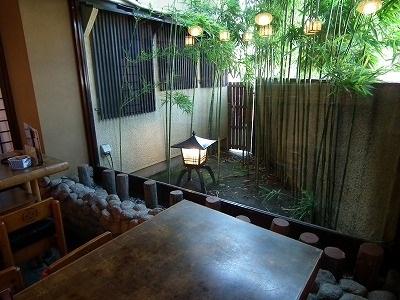 15.扇寿司|1F店内・テーブル席から中庭