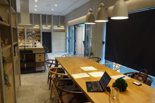 12.studio FREEDA 麻布十番|1Fキッチン&会議スタジオ・テーブル席