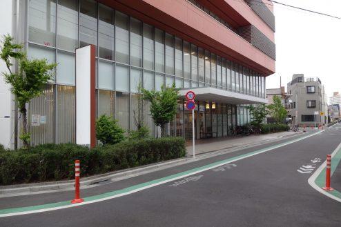 26.墨田区病院|外観・メインエントランス前道路