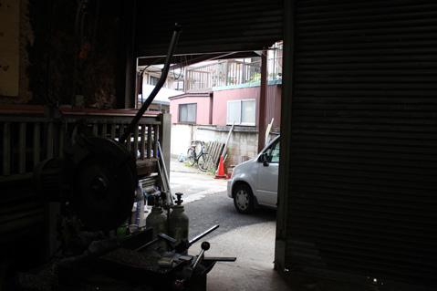 13.町工場|工場内から外