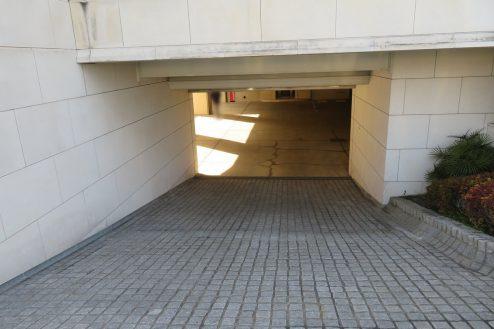 20.東大和オフィス|地下駐車場入口