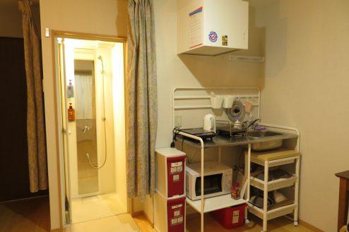 14.久地戸建て|1F洋室・簡易キッチン・シャワー室