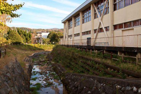 27.学校跡地スタジオ|学校内に流れる川