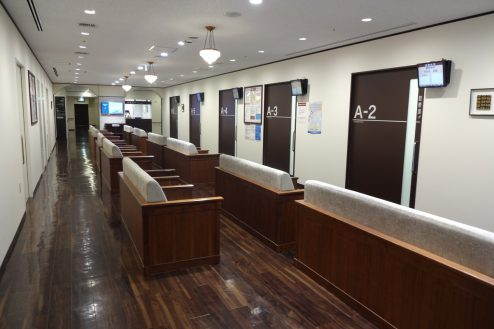 13.いろどりの国病院 待合室