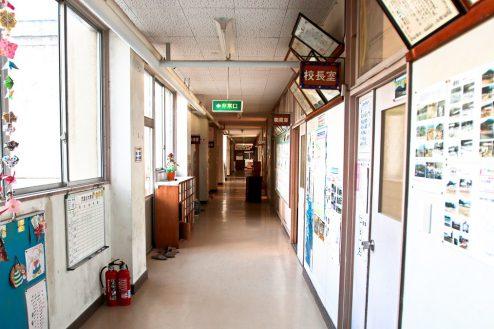 11.学校跡地スタジオ|職員室前廊下