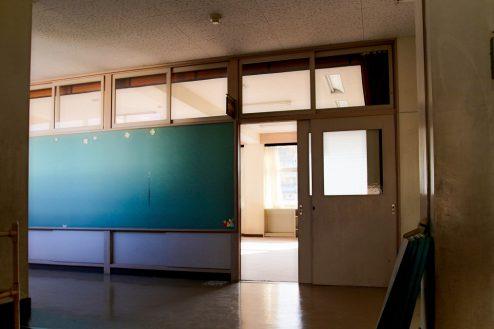 12.学校跡地スタジオ|教室前