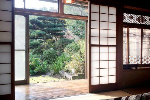 10.里山スタジオいわふね|和室C縁側から庭