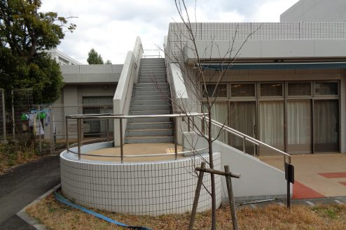 21.横浜リハビリ病院|中庭からウッドデッキへの外階段