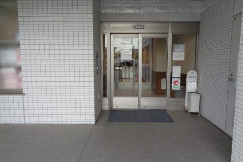 26.横浜リハビリ病院|職員通用口(外)