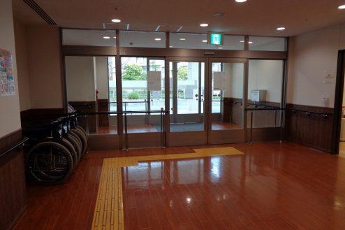 11.横浜リハビリ病院|リハビリテーションルーム正面玄関