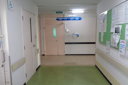 21.病院1棟貸しスタジオ|新館、本館廊下