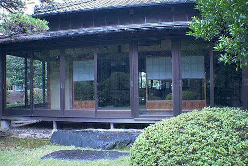 2.歴史的建築の高級和風レストラン|縁側・庭
