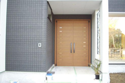 21.洒落たデザインの新築戸建|玄関(外)