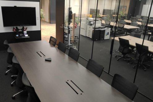 5.株式会社GOOYA 全10席の会議室はモニター付。フロア全体が見渡せます