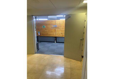 17.ネガティブ撮影OK なんでもオフィス|オフィス入り口。扉は180度開きます